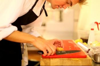 MATTIS I PRODUKSJONSKJØKKENET: – Matlaging er spennande fordi det alltid er noko nytt som kan lærast. Dagane er aldri like på eit kjøkken.