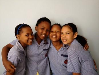 Frå venstre: Okuhle Makhanya, Micaella Leeu, Ntando Mkize og Aaliyah Munsamy går alle på Clarence Primary School i Durban i Sør-Afrika. Før 1991 kunne hadde dei ikkje kunna gå på denne skulen, for då var den berre for kvite elevar.