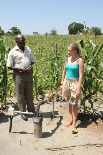 PENGENE ANNE LOUISE har samlet inn har blant annet gått til boring av denne brønnen som forsyner flere landsbyer og to skoler med rent vann.
