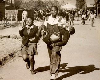 Massakren: 13 år gamle Hector Pieterson var ein av dei første som blei drept då sørafrikansk politi skaut på barn som demonstrerte i townshipen Soweto i 1976. Han blir bore av venen Mbuyisa Makhubo. Ved sida av spring søstera Antoinette Sithole.