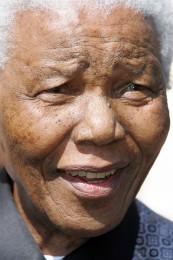Nelson Mandela fekk, saman med dåverande president Frederik W. de Klerk, Nobels fredspris i 1993, fordi dei saman klarte å skape forsoning mellom svarte og kvite i Sør-Afrika.