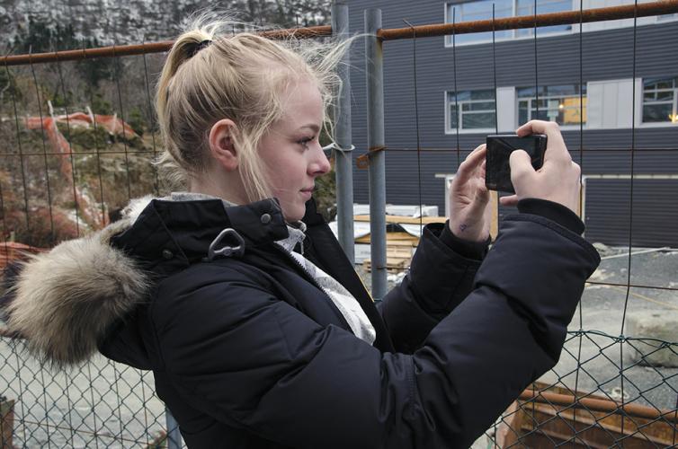 Marie Ødegaard har hatt klasserom i brakker siden fjerde klasse. Hun har gledet seg til å få begynne på den nye skolen som snart er ferdig, men nå er det klart at den blir for liten. Dette engasjerer elevene, og Marie valgte å skrive om saken i skoleavisen.